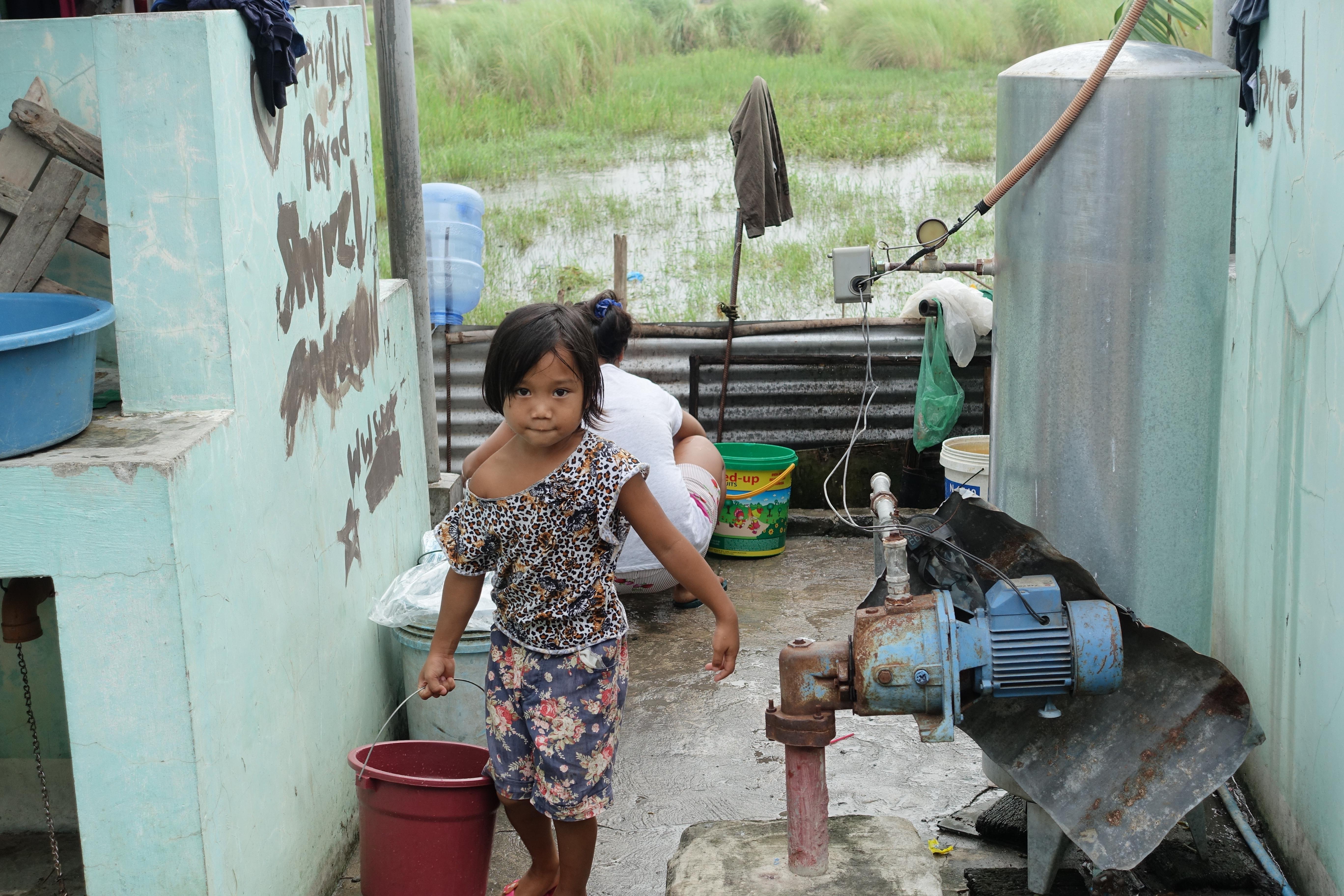 子供 水汲み