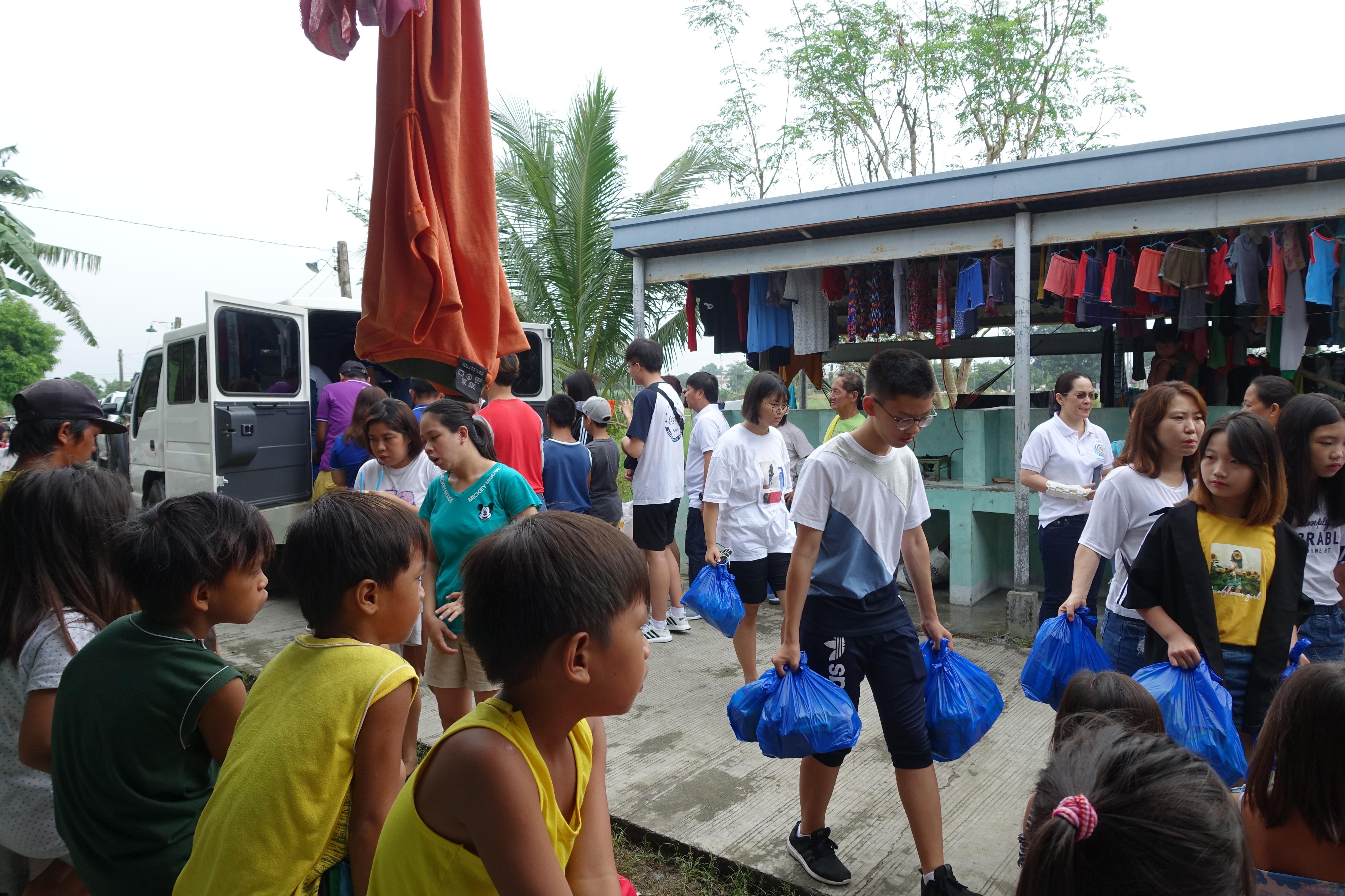 救援物資 運ぶ